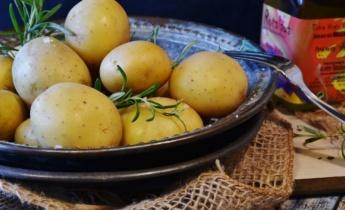 Печена молода картопля з розмарином
