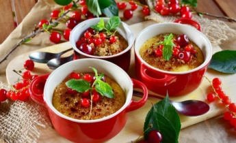 Крем-брюле. Десерт з червоної смородини