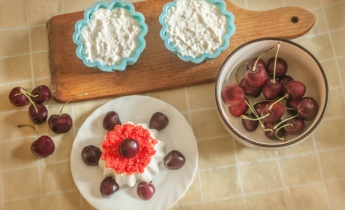 Літні десерти з сиру та фруктів та ягід