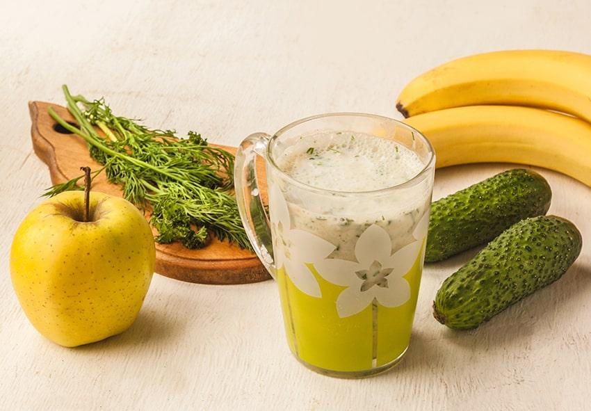 Молочний коктейль із кефіру, яблук, огірків та зелені фото опис