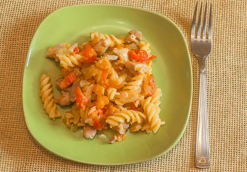 Макарони-спіральки (fusilli) з овочами та шматками м'яса фото опис
