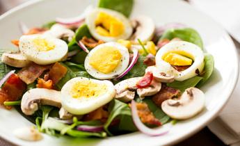 Весенний салат со шпинатом и грибами…